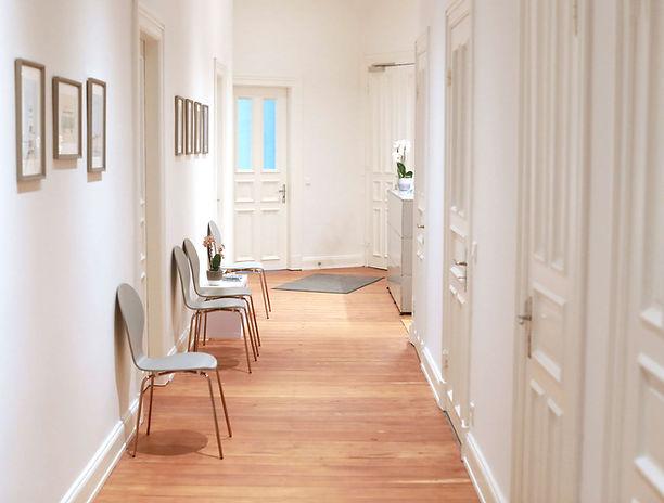 In unseren hellen und großzügigen Räumen bieten wir Ihnen ein breit gefächertes Angebot im Bereich Physiotherapie und des Trainings