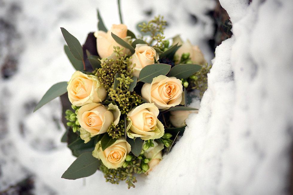 50er Jahre Hochzeit im Winter in Leipzig / Brautstrauß im Schnee
