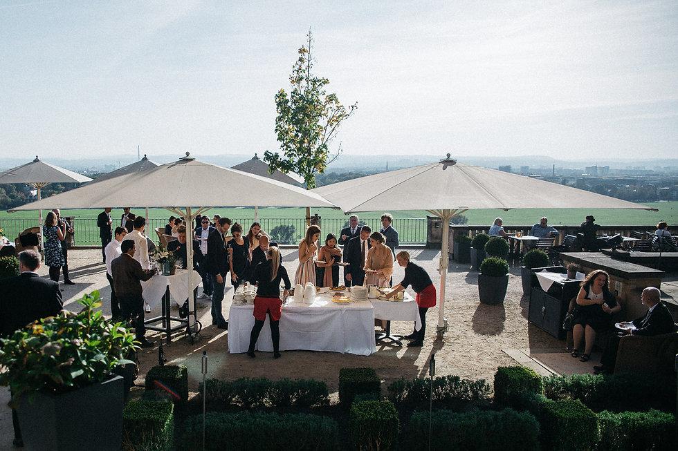 Hochzeit in Dresden am Weinberg - Hochzeitstorte, Wein und Kaffee am Lingnerschloss mit Blick ins Elbtal
