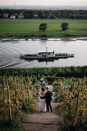 Hochzeit in Dresden am Weinberg - Brautpaarshooting am Lingnerschloss mit Dampfschiff