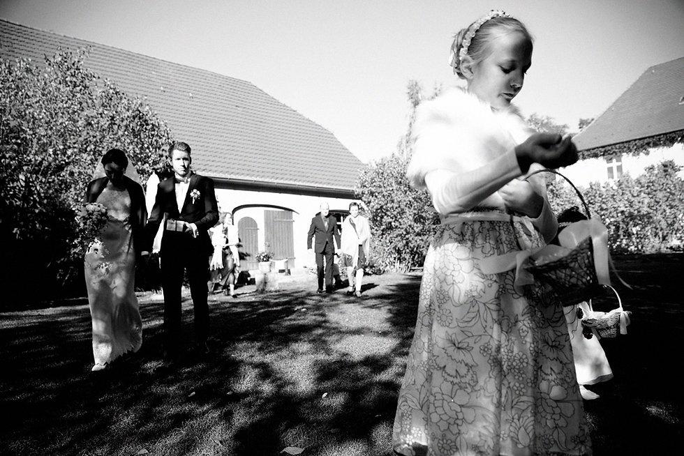 DIY Hochzeit auf Gut Wendgräben, Trauung, Blumenkind, Hochzeitsfotografie