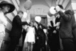 Brautpaar und Luftballons- Hochzeit im May im Weißen Haus in Markkleeberg in Leipzig