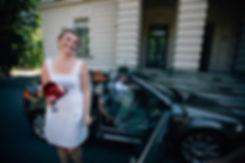 Braut kommt an im Cabrio - Hochzeit im May im Weißen Haus in Markkleeberg