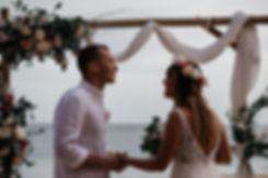 wedding_Hochzeit_Praia das Furnas_Portugal_Trauung_Strandhochzeit_Brutpaar_Gegenlicht_Traubogen