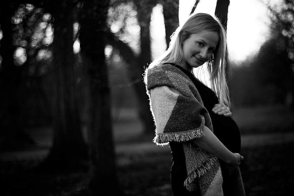 Babybauchfotografie draußen im Gegenlicht in Schwarzweiss