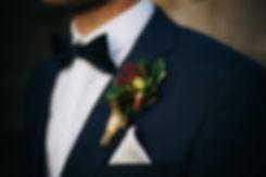 Hochzeit in Dresden am Weinberg - Brautpaarshooting am Lingnerschloss - Boutonniére Blumenschmuck Bräutigam