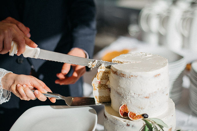 Hochzeit in Dresden am Weinberg - Hochzeitstorte anschneiden