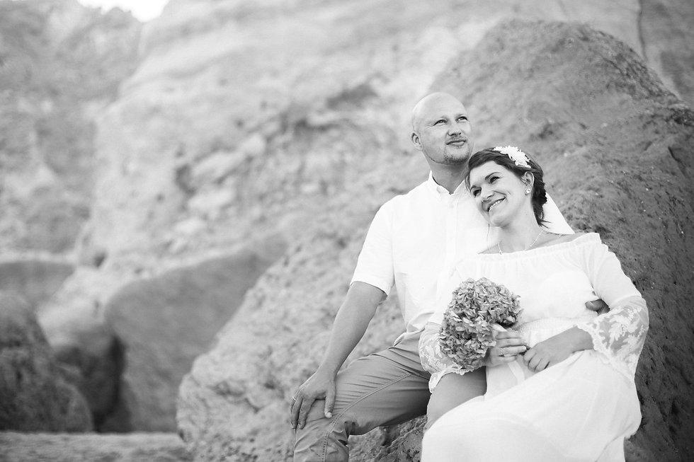 Hochzeitsfotos vom Brautpaar am Strand Praia da Marinha in Portugal an der Algarve