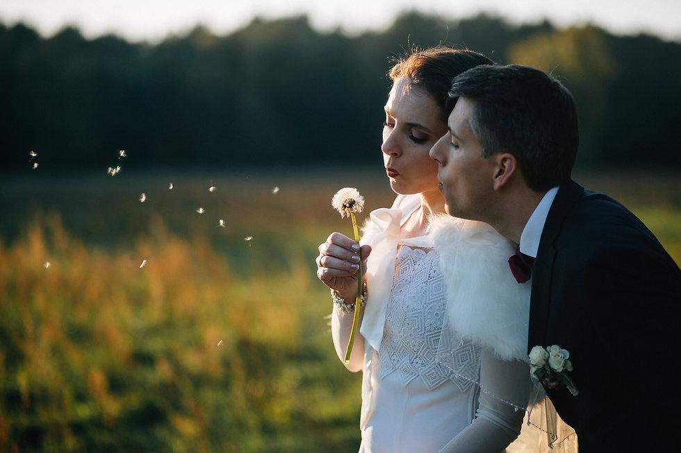 Hochzeit Daniela & Kirstian Brautpaar mit Pusteblume