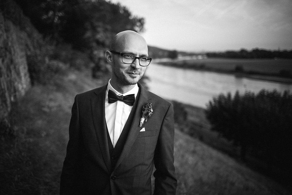Hochzeit in Dresden am Weinberg - Brautpaarshooting am Lingnerschloss - Portrait Bräutigam