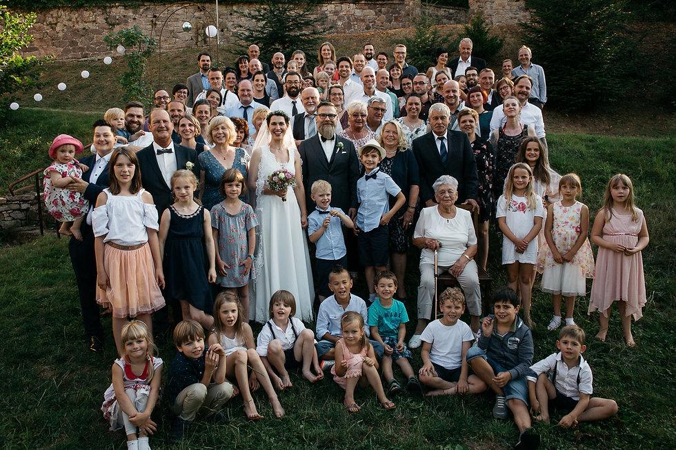 """Hochzeitsfotografie Hochzeit Denkmal - und Kulturgästehaus """"Zum Pfarrlehen"""" DIY Hochzeitsfeier Gruppenfoto"""