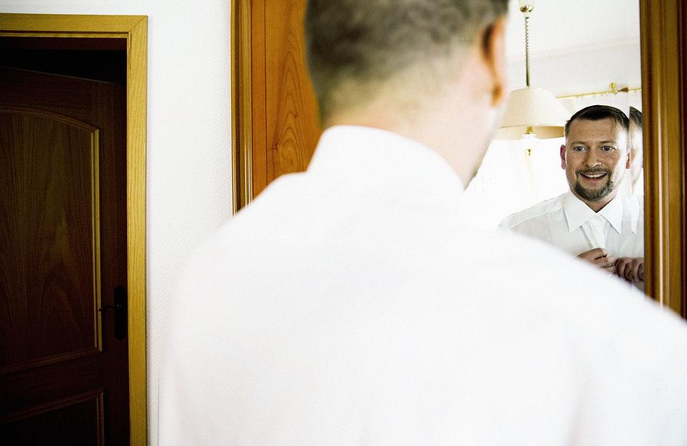 Hochzeit Schloss Colditz I Mandy Hellinger Fine Art Fotografie - getting ready Bräutigam / Hochzeitsvorbereitungen