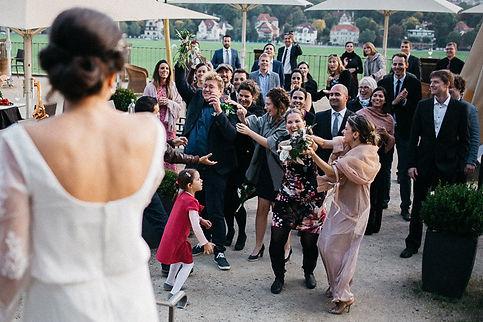 Hochzeit in Dresden am Weinberg - Hochzeitsfeier und Brautstrauß werfen am Lingnerschloss