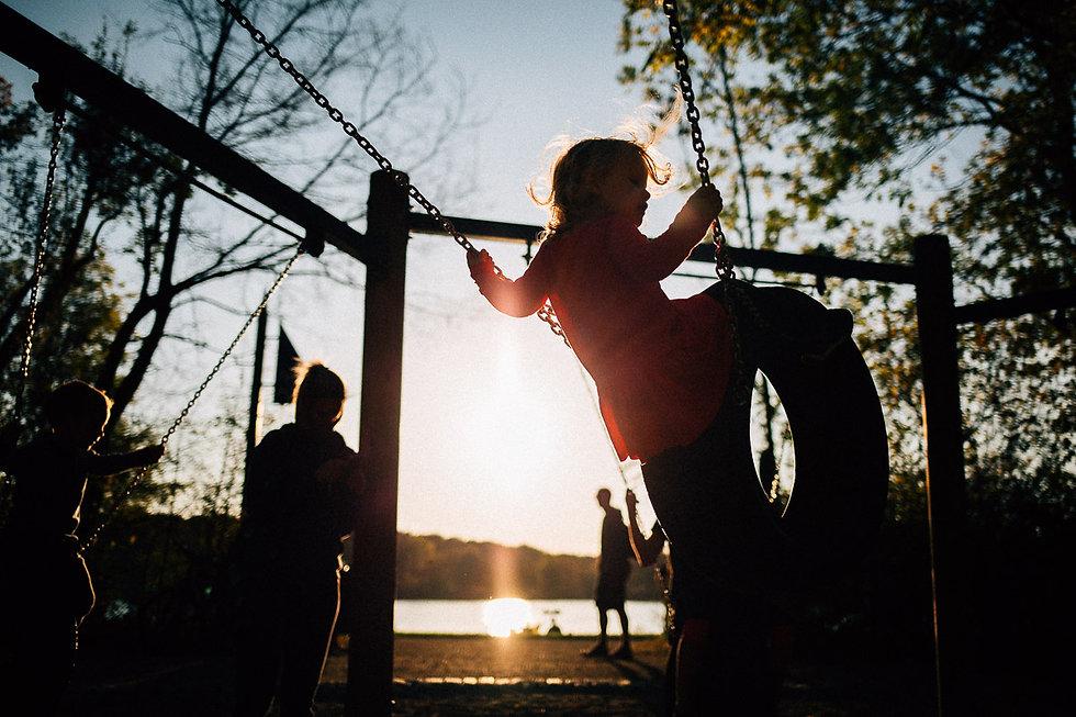 Kinderfotos, Kinderportraits, Familienfotos, Familienshooting am Auensee in Leipzig - schaukeln am Spielplatz