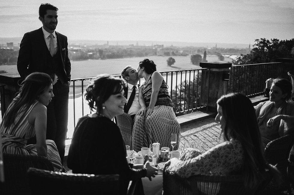 Hochzeit in Dresden am Weinberg - Kaffee am Lingnerschloss mit Blick ins Elbtal