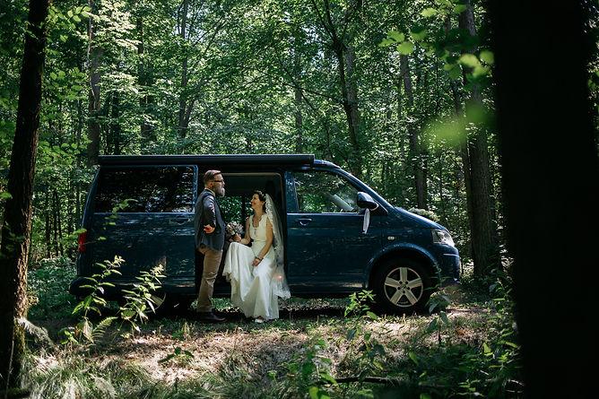 Hochzeitsfotografie Hochzeit Brautpaarfotos im Wald VW Bus Bulli