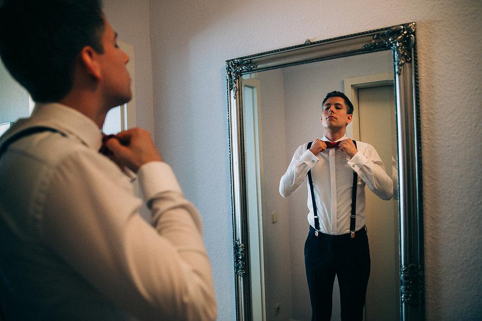 DIY Hochzeit auf Gut Wendgräben - Bräutigam - Vorbereitungen - Getting Ready - Hochzeitsfotografie