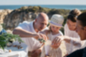 Hochzeitsfotos der Sandzeremonie und Hochzeit am Strand Praia da Marinha in Portugal an der Algarve