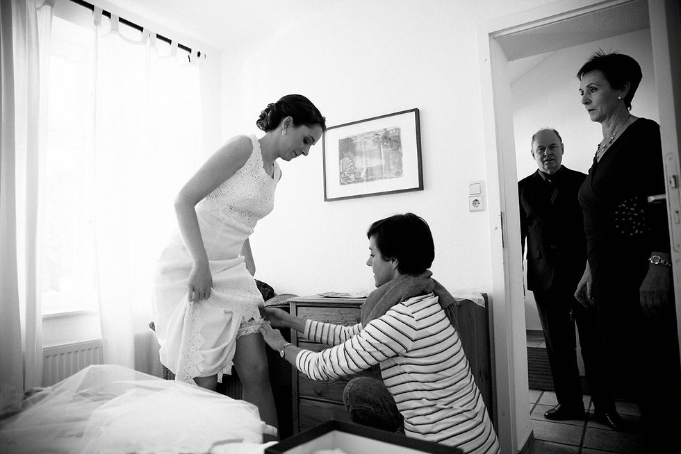 DIY Hochzeit auf Gut Wendgräben - Brautkleid getting ready