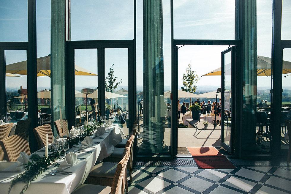 Hochzeit in Dresden am Weinberg - Restaurant Lingnerterrassen im Lingnerschloss mit Blick ins Elbtal