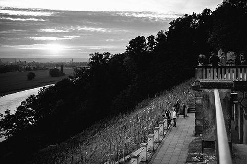 Hochzeit in Dresden am Weinberg - Hochzeitsfeier am Lingnerschloss mit Blick ins Elbtal auf die Altstadt bei Sonnenuntergang