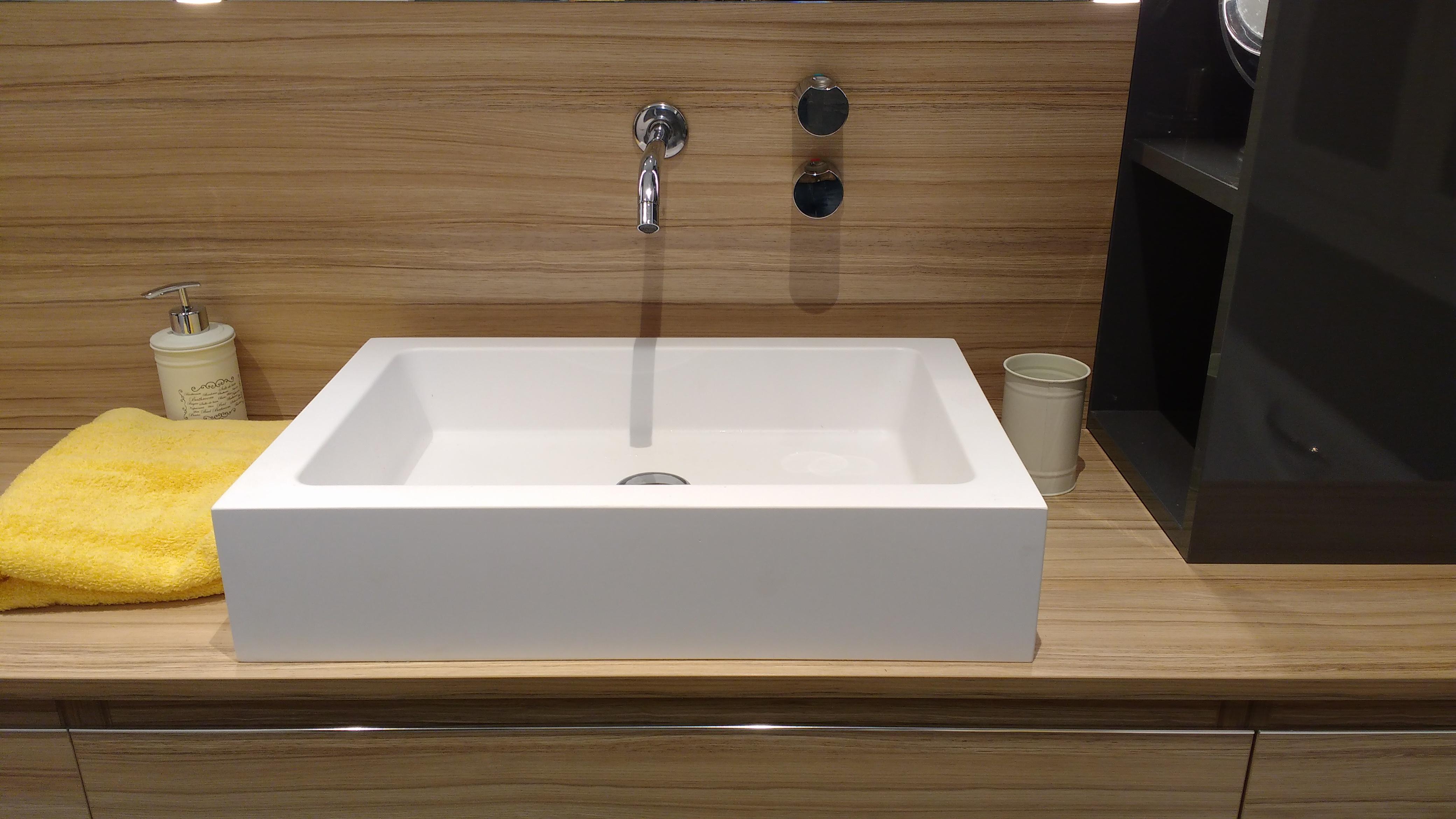 Detalle del lavabo y grifo