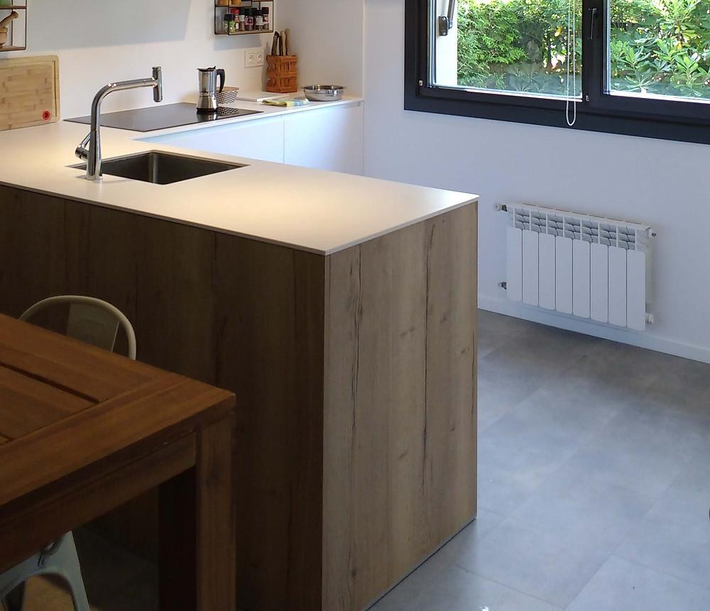 Sobre el viejo suelo se ha colocado un suelo vinílico para darle un aire renovado y moderno a la cocina