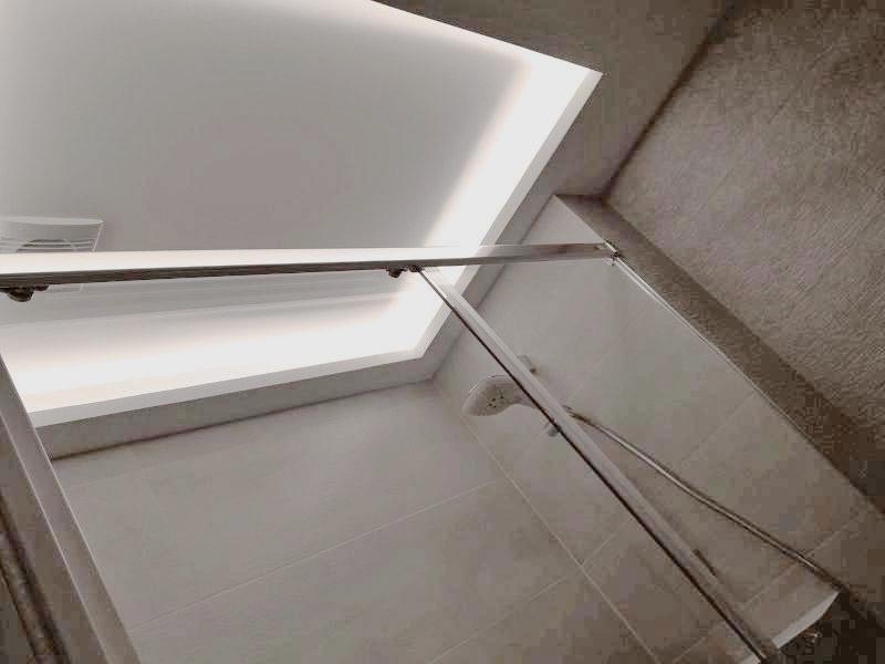 detalle de la iluminación realizada en la zona de la ducha