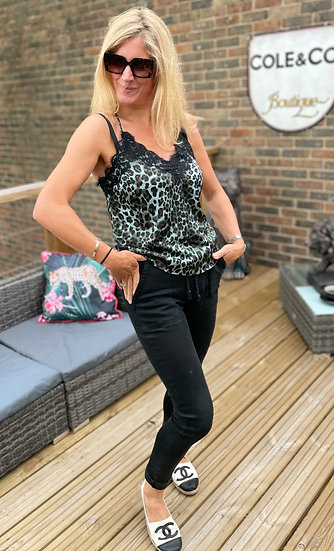 AMAZING WOMAN Pull Up Jogger Jeans
