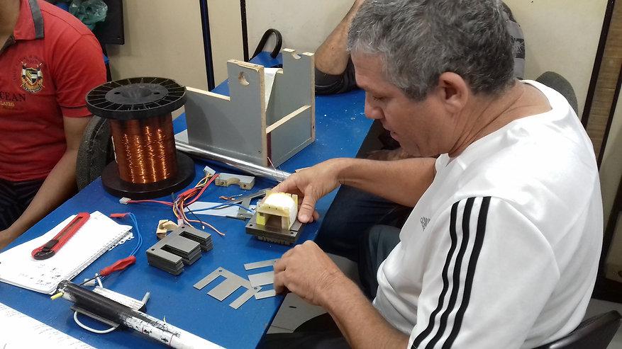 Aula prática do curso de enrolamento de transformador. Montagem das lâminas do núcleo.