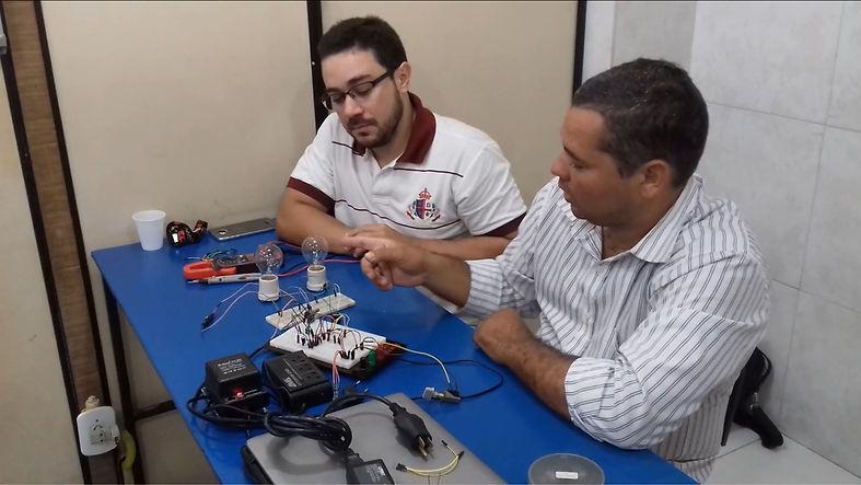 Aula prática do curso de Eletrônica Básica Nível 1 e 2