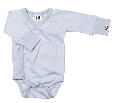Farg & Form / בגד גוף מעטפת תכלת בהיר עננים
