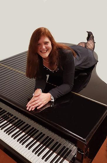Henriette op piano.jpg