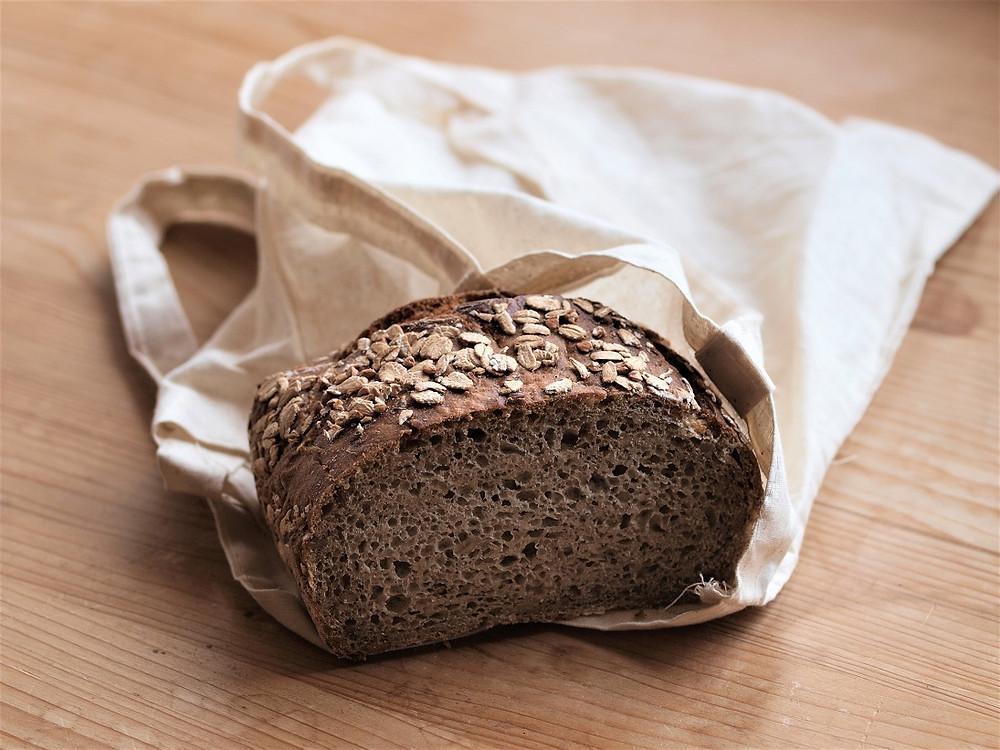 Du kannst bei Kleinigkeiten beginnen. Nimm einen Baumwollsack mit zum Bäcker und lass dir dort das Brot hineingeben, anstatt eines Papiersackes.