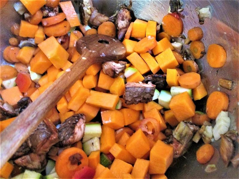 Gemüse und Pilze kurz andünsten