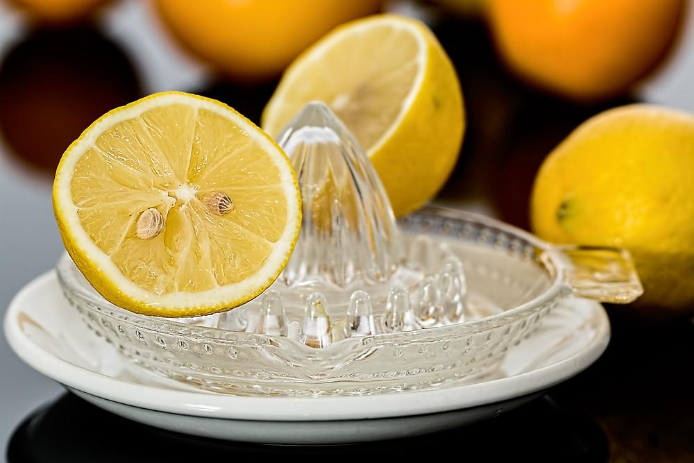 der Saft einer Zitrone, getrunken mit Wasser wirkt wahre Wunder