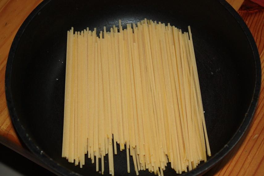 Pasta in einer größeren Pfanne verteilen