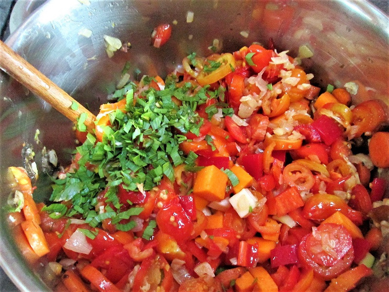 Der Gemüseeintopf mit vielen leckeren und frischen Kräutern