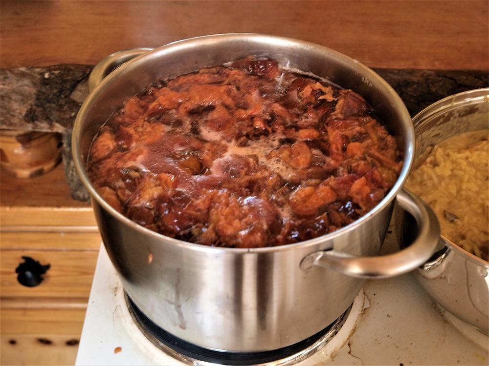 Nach dem Sieden auf kleiner Flamme kochen lassen