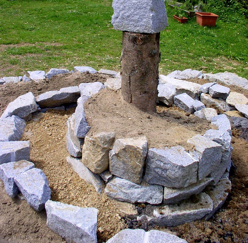 Wenn du in der Mitte bist, kannst du die Zwischenräume mit kleineren Steinen füllen