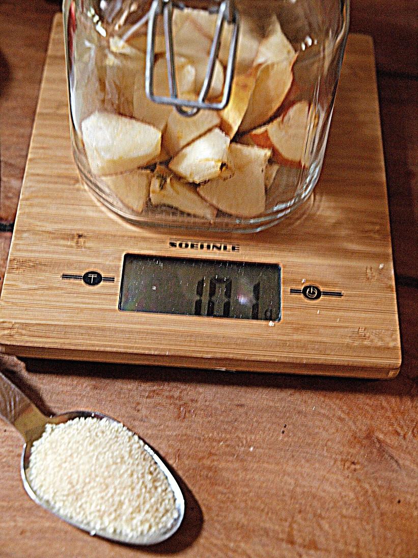 Pro Kilo Äpfel(Reste), geb ich Zucker dazu