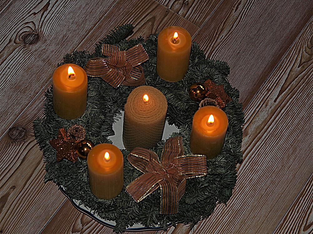 Julkranz - ähnlich wie der Adventkranz, nur mit 5 Kerzen