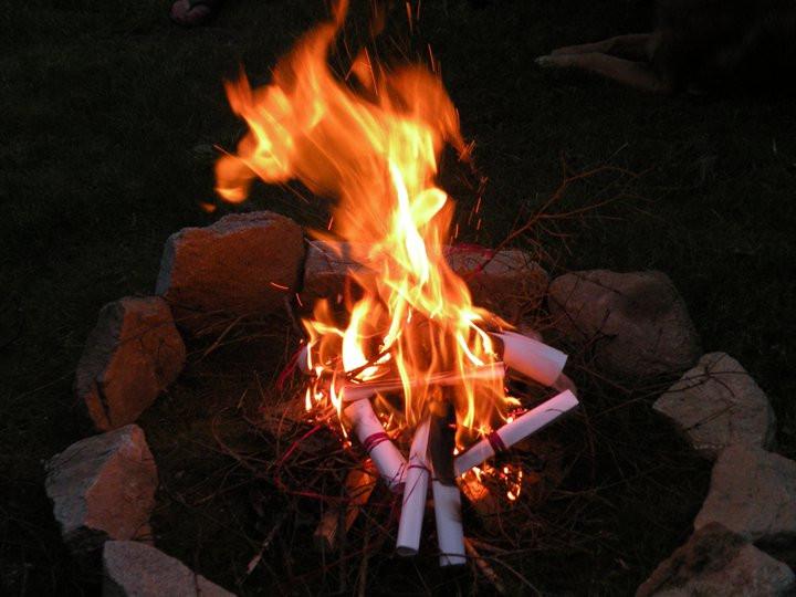 Das rituelle Feuer zum Verbrennen der Altlasten
