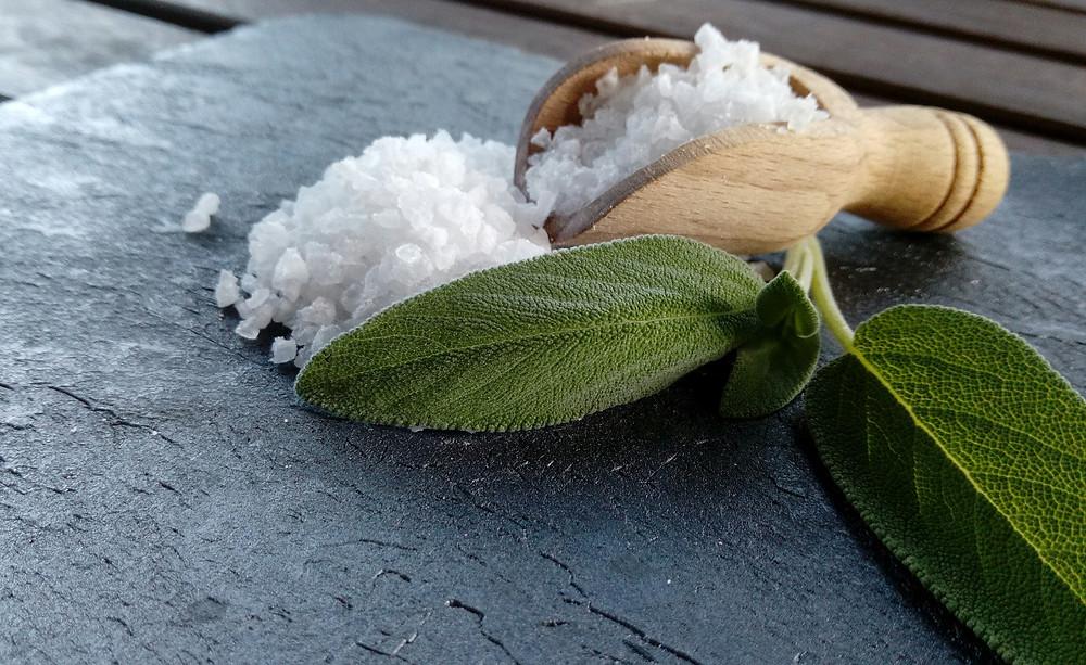 Hochwertiges Salz und Erkältungskräuter wie Salbei