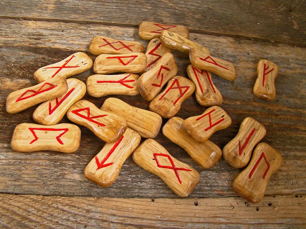 Runen aus Buchenstäbchen