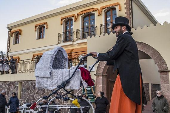 paradura, una performance di tatro di strada con trampolieri, cown e giocolieri prodotto da antas teatro e ilteatro del sottosuolo