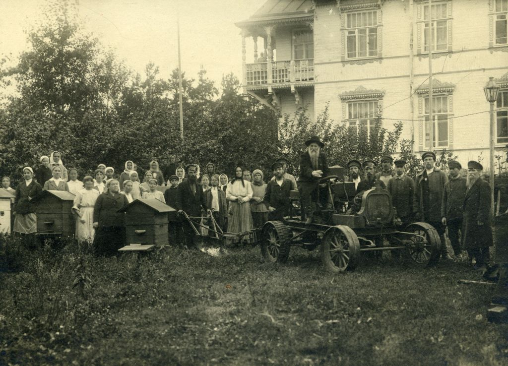 Трактор собран из старых обломков