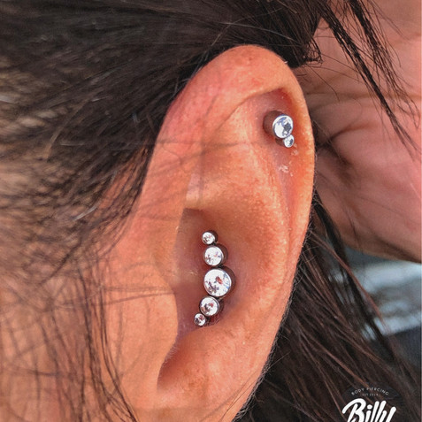 Helix y conch piercings