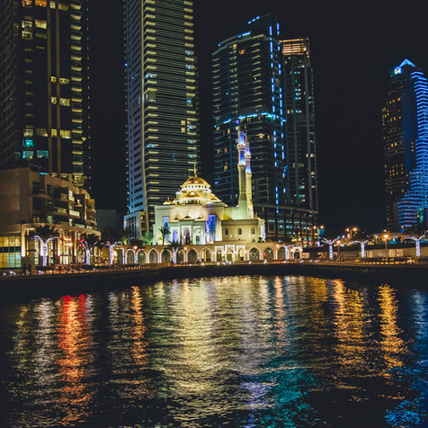 Moschee inmitten der Hochhäuser in Dubai