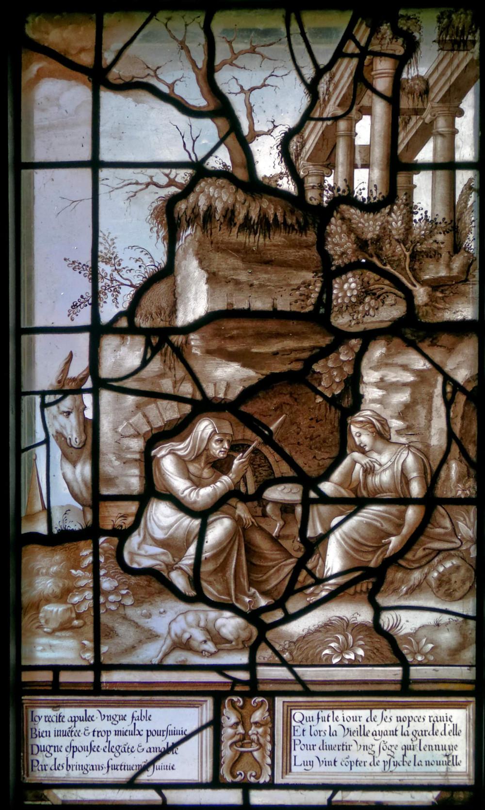 ttribué à un maître verrier de l'école de Fontainebleau,  La Vieille raconte l'histoire de Psyché à la jeune femme enlevée le jour de ses noces, Lucius écoutant à gauche sous la forme d'un âne,  Vers 1542-1544,  Vitrail n°1, grisaille, plomb, 110 x 55,5 cm, Conservé au musée Condé, Château de Chantilly.  © RMN – F. Raux / R.-G. Ojéda.